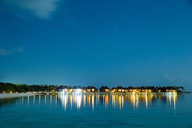 Zonsondergang op zee in de maldiven