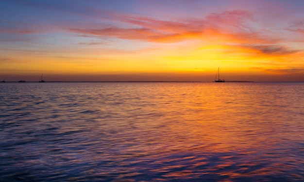 Zonsondergang op zee in zanzibar