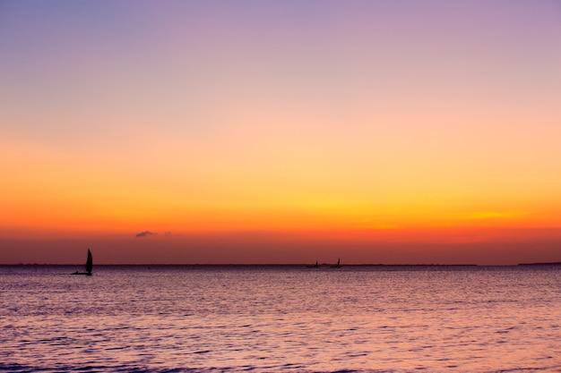 Zonsondergang op zee in zanzibar Premium Foto
