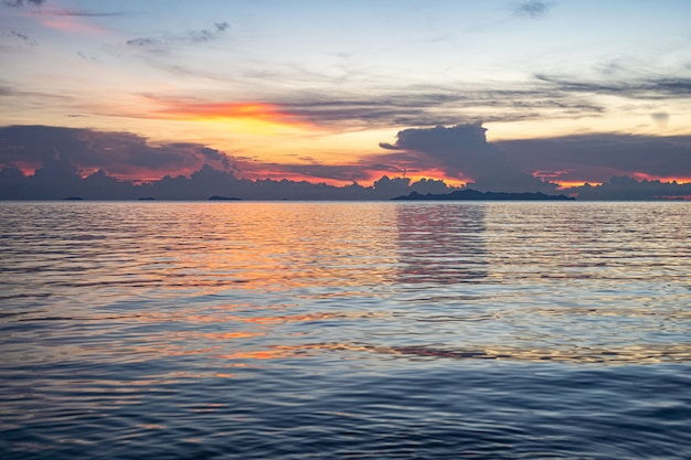 Zonsondergang op zee op koh samui. prachtige wolken bij zonsondergang.