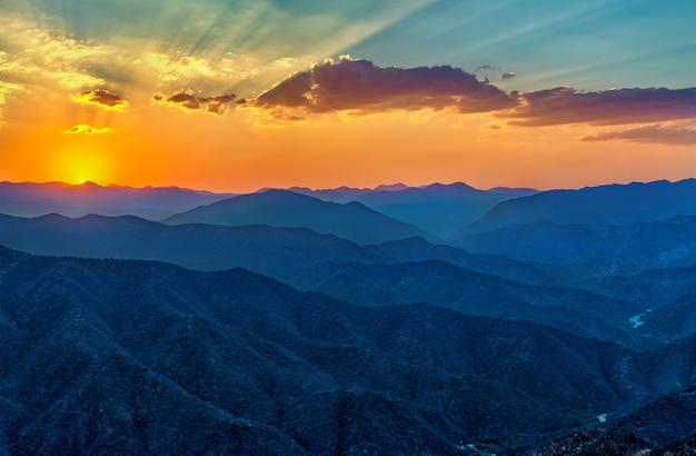 Zonsondergang over bergen in zuid-mexico, de staat van oaxaca