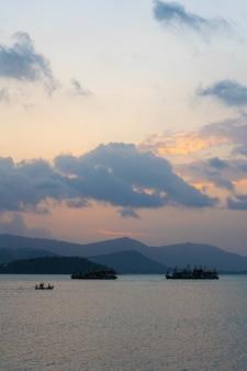 Zonsondergang over de baai met vissersboten.