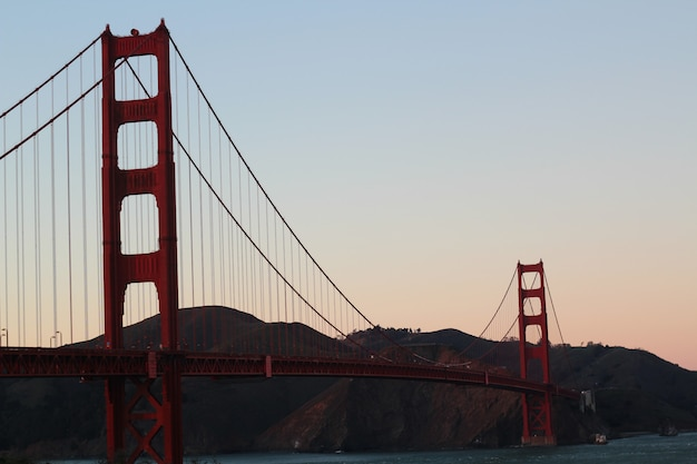Zonsondergang over de golden gate bridge
