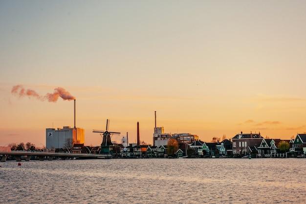 Zonsondergang over de molen. rotterdam. holland.