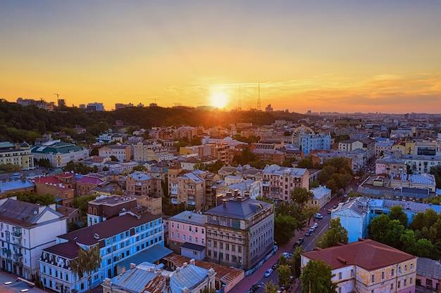 Zonsondergang over de oude wijk van de stad kiev
