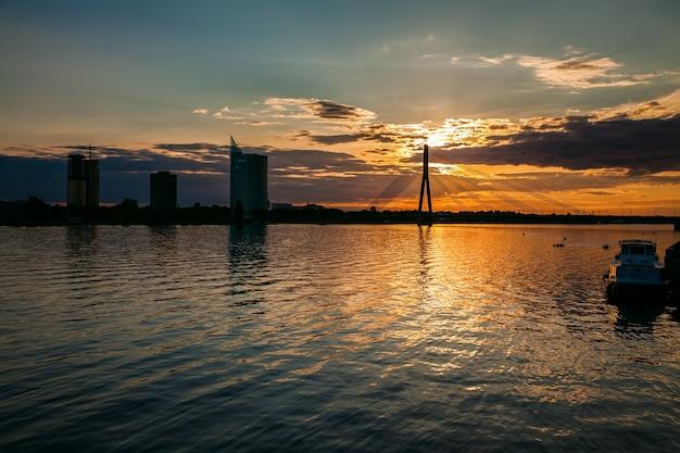 Zonsondergang over de rivier daugava
