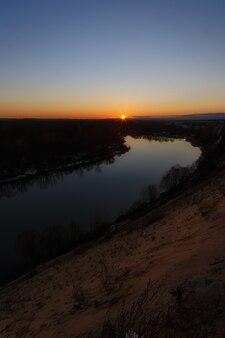 Zonsondergang over de rivier. heldere heldere hemel.