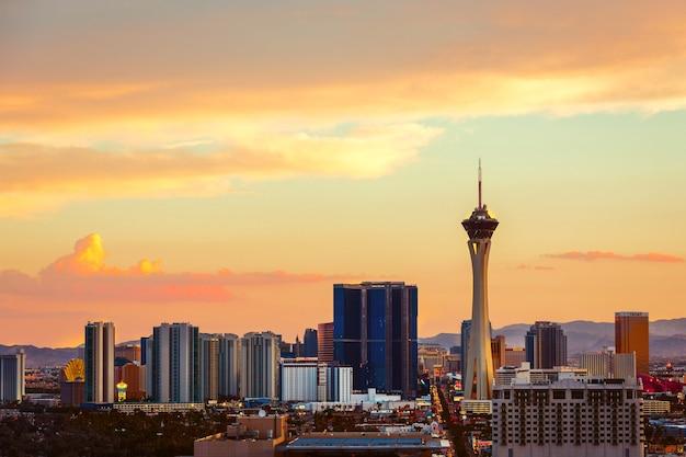 Zonsondergang over de stadsachtergrond van las vegas