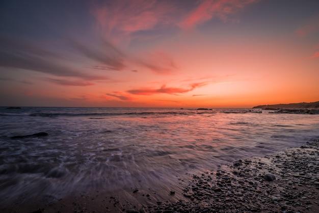 Zonsondergang over de zuidenkust van cadiz, spanje