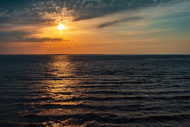 Zonsondergang over een groot meer zonsondergang gaat in een groot meer met gele lucht en water