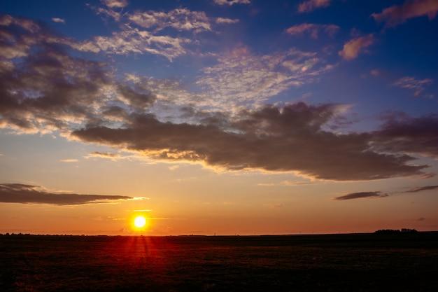 Zonsondergang over het platteland in de zomer