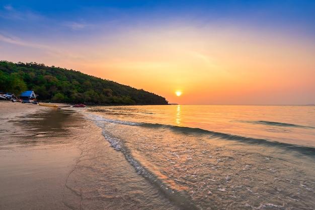 Zonsondergang over het zandstrand