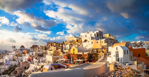 Zonsondergang over santorini, panorama van het dorp oia Premium Foto
