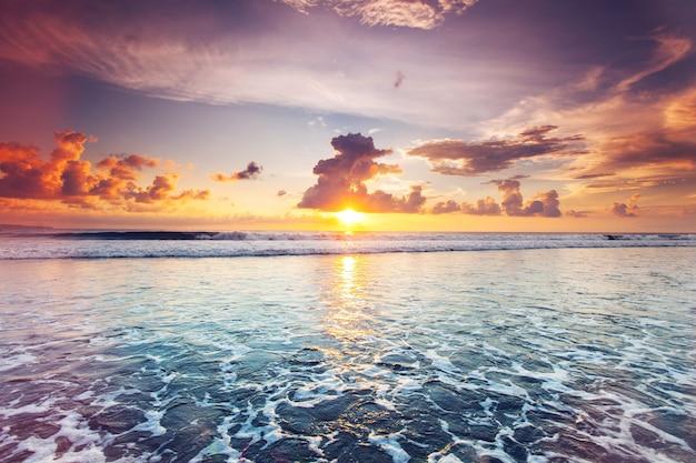 Zonsondergang over zee op bali, seminyak, double six beach