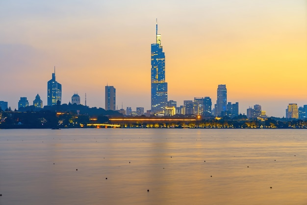 Zonsondergang prachtige skyline van nanjing city, jiangsu, china