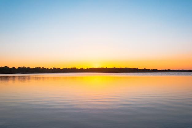 Zonsondergang reflectie lagune.