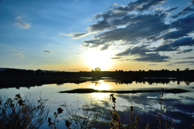 Zonsondergang rivierlandschap