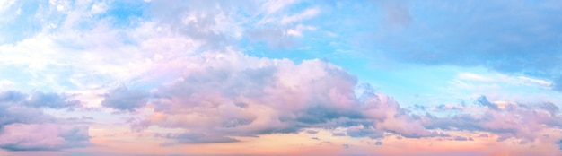 Zonsondergang roze hemel met wolken