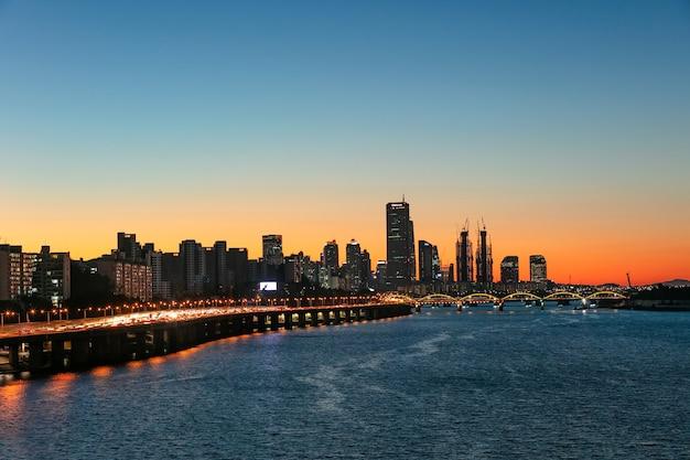 Zonsondergang seoul city skyline en han-rivier in seoul zuid-korea