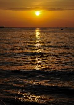 Zonsondergang uitzicht vanaf de baai