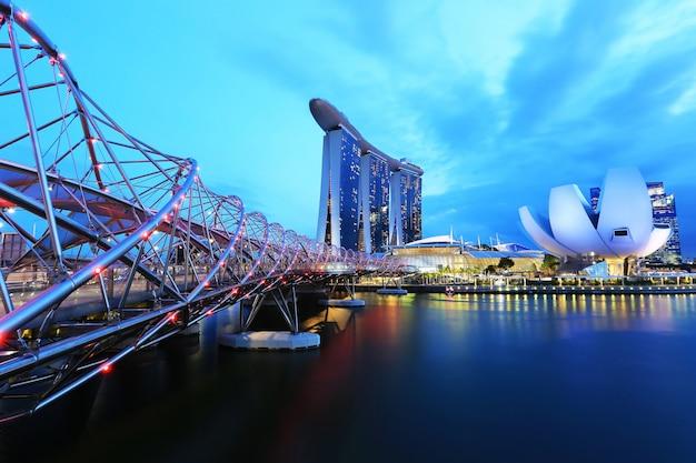 Zonsondergang van stadshorizon bij bedrijfsdistrict, marina bay sands-hotel bij nacht, singapore