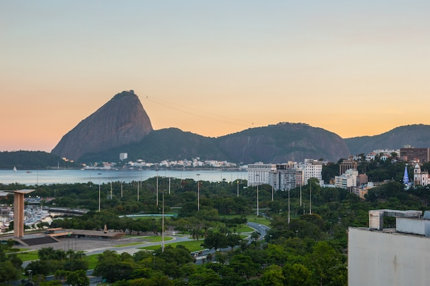 Zonsondergang vlaamse stortplaats, suikerbrood en guanabara-baai in rio de janeiro in brazilië.