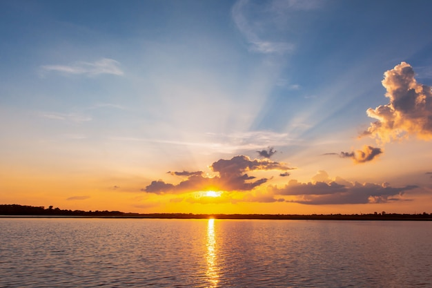 Zonsondergang weerspiegeling lagune. prachtige zonsondergang achter de wolken en de blauwe lucht boven het landschap van de lagune