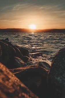 Zonsondergang weerspiegelt over de zee
