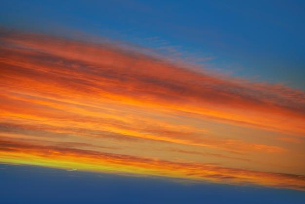 Zonsondergang wolken hemel in oranje en blauw
