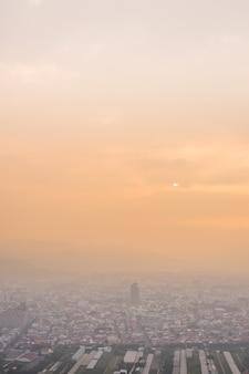 Zonsondergangcityscape van puli-stad onder dramatische wolken in nantou, taiwan