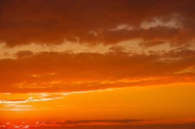 Zonsonderganghemel als achtergrond. heldere horizon. brandende luchten