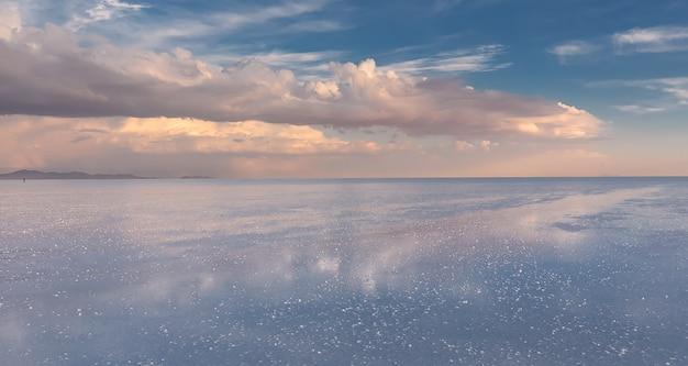 Zonsonderganghemel en bezinning in zoute flats van uyuni altiplano bolivia, zuid-amerika