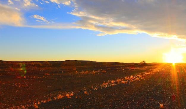 Zonsonderganghemel en weg in de woestijn