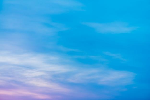 Zonsonderganghemel met roze lila lichte wolken. kleurrijk vloeiend blauw wit luchtverloop. natuurlijke zonsopgangachtergrond. geweldige hemel in de ochtend. licht bewolkte avondatmosfeer. prachtig weer bij dageraad.