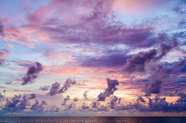 Zonsonderganghemel met wolken over overzees, aardconcept.