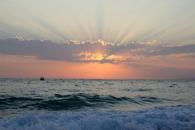 Zonsonderganghemel onder de zee