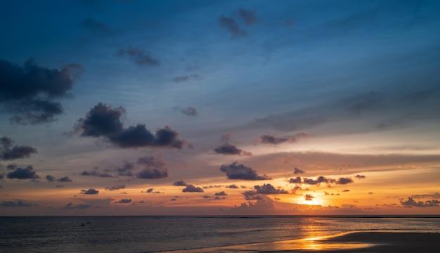 Zonsonderganghemel op het strand, zonsonderganghemel met uiterst kleine wolkenachtergrond.