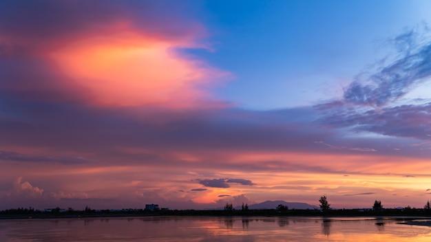 Zonsonderganghemel over meer in de avond