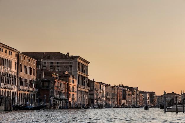 Zonsonderganglandschap van een kanaal van venetië,