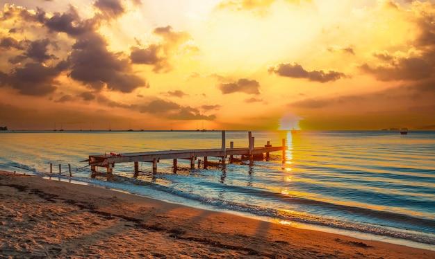 Zonsonderganglandschap van west end beach, roatan island. honduras