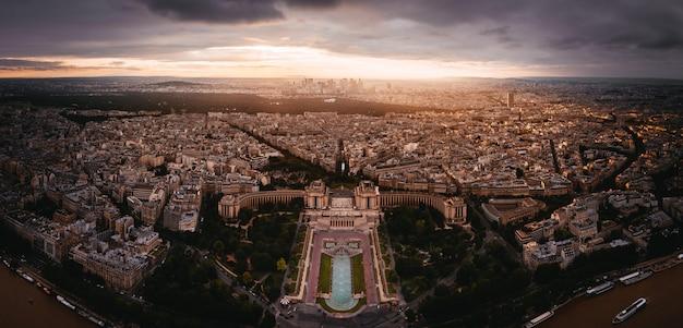 Zonsondergangmening aan la denfense in parijs, frankrijk