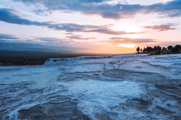 Zonsondergangmening pamukkale tranvanter pools in oude hierapolis, denizli