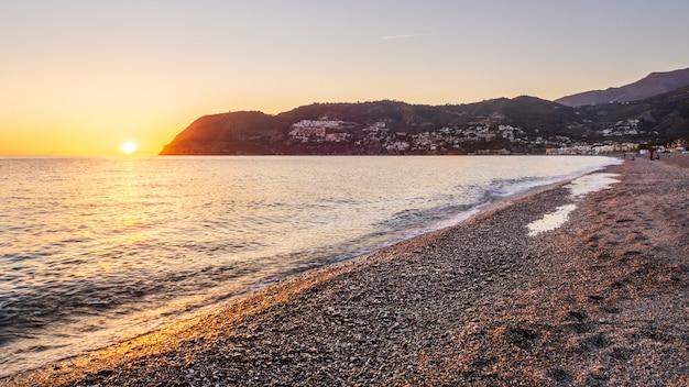 Zonsondergangmening van la herradura beach, almuã ± ecar, granada, andalucia, spanje