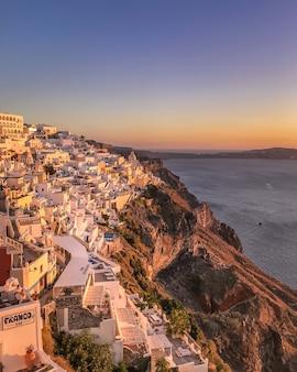 Zonsondergangmening van traditioneel grieks dorp oia op eiland santorini in griekenland.