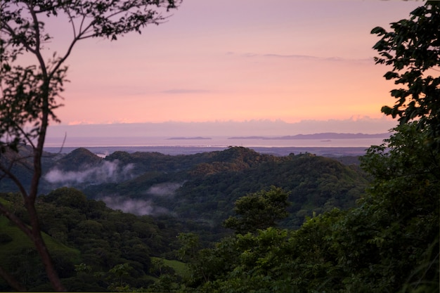 Zonsondergangmening van tropische vreedzame kust in costa rica