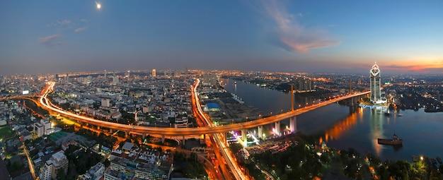 Zonsondergangscence van rama 9 brug met chaopraya-rivier in bangkok thailand