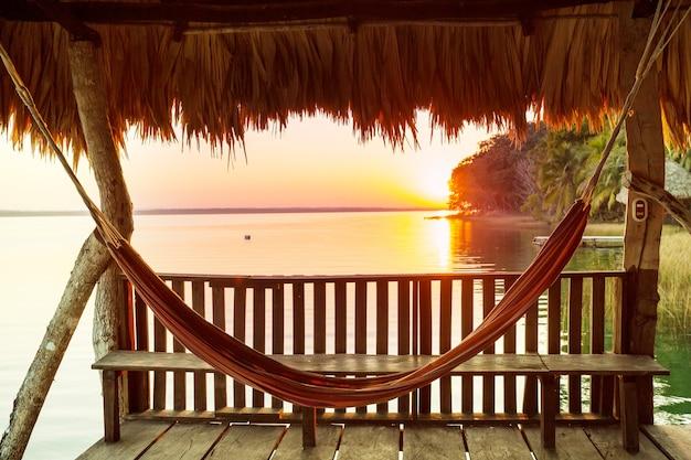 Zonsondergangscène bij het meer peten itza, guatemala. centraal amerika.