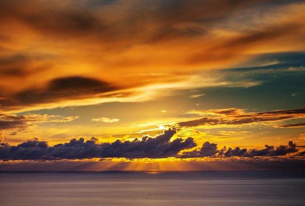 Zonsondergangscène boven zee