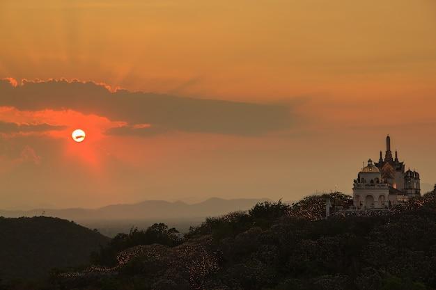 Zonsondergangtijd bij de provincie van phra nakhon khiri phetchaburi, azië thailand