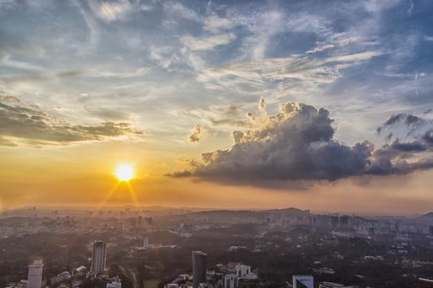 Zonsondergangwolken over kuala lumpur-stadscentrum